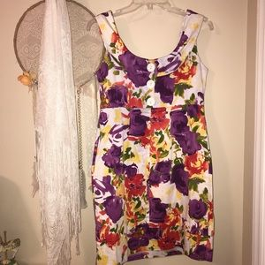 Floral sleeveless dress with large button 1/4 back